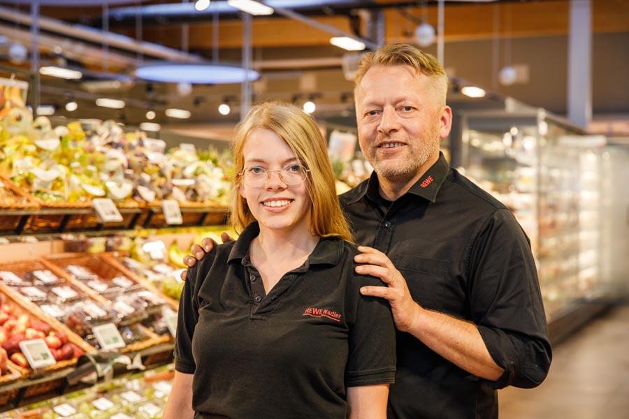 Marktinhaber Stephan Nadler mit Tochter Jasmin